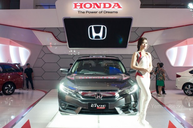 Makassar, Indonesia. 18th May, 2016. Honda exhibits the All New Civic Turbo series at GIIAS Makassar Autoshow in Makassar, Indonesia. Recent report said Indonesia car sales grew 4,6 percent (year to year) to 84.703 vehichle in April 2016 from 81.000 vehicles in the same month last year. This is a remarkable result as monthly car sales growth (on a year-on-year basis) had been declining for 16 straight months previously. © Yermia Riezky Santiago
