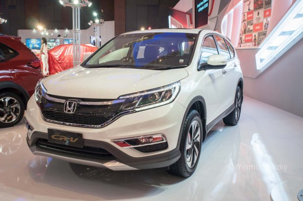 Makassar, Indonesia. 18th May, 2016. Honda exhibit New CR-V at GIIAS Makassar Autoshow in Makassar, Indonesia. Recent report said Indonesia car sales grew 4,6 percent (year to year) to 84.703 vehichle in April 2016 from 81.000 vehicles in the same month last year. This is a remarkable result as monthly car sales growth (on a year-on-year basis) had been declining for 16 straight months previously. © Yermia Riezky Santiago