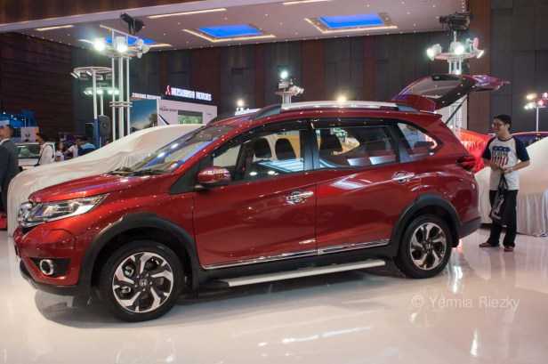 Makassar, Indonesia. 18th May, 2016. A visitor checks the Honda BR-V that exhibited at GIIAS Makassar Autoshow in Makassar, Indonesia. Recent report said Indonesia car sales grew 4,6 percent (year to year) to 84.703 vehichle in April 2016 from 81.000 vehicles in the same month last year. This is a remarkable result as monthly car sales growth (on a year-on-year basis) had been declining for 16 straight months previously. © Yermia Riezky Santiago