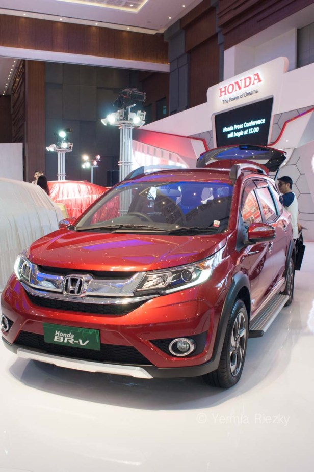 Makassar, Indonesia. 18th May, 2016. Honda exhibits BR-V series at GIIAS Makassar Autoshow in Makassar, Indonesia. Recent report said Indonesia car sales grew 4,6 percent (year to year) to 84.703 vehichle in April 2016 from 81.000 vehicles in the same month last year. This is a remarkable result as monthly car sales growth (on a year-on-year basis) had been declining for 16 straight months previously. © Yermia Riezky Santiago