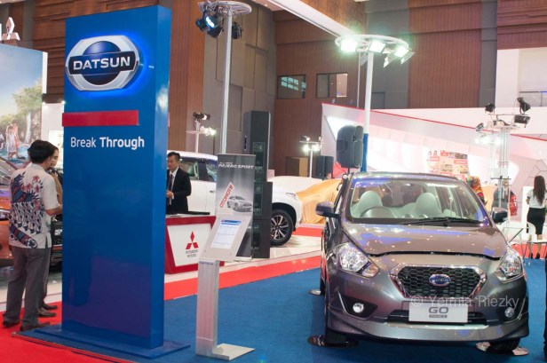Makassar, Indonesia. 18th May, 2016. Datsun booth at GIIAS Makassar Autoshow in Makassar, Indonesia. Recent report said Indonesia car sales grew 4,6 percent (year to year) to 84.703 vehichle in April 2016 from 81.000 vehicles in the same month last year. This is a remarkable result as monthly car sales growth (on a year-on-year basis) had been declining for 16 straight months previously. © Yermia Riezky Santiago