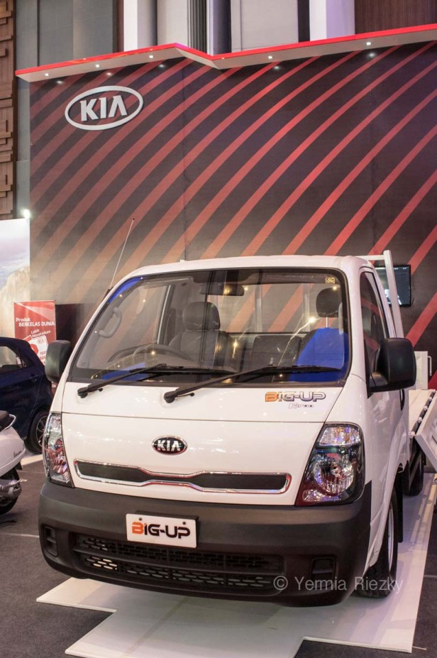 Makassar, Indonesia. 18th May, 2016. KIA Motors exhibits Big Up, a series of its pick up truck at GIIAS Makassar Autoshow in Makassar, Indonesia. Recent report said Indonesia car sales grew 4,6 percent (year to year) to 84.703 vehichle in April 2016 from 81.000 vehicles in the same month last year. This is a remarkable result as monthly car sales growth (on a year-on-year basis) had been declining for 16 straight months previously. © Yermia Riezky Santiago