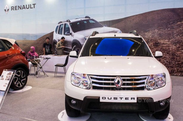 Makassar, Indonesia. 18th May, 2016. Renault exhibits the Duster series at GIIAS Makassar Autoshow in Makassar, Indonesia. Recent report said Indonesia car sales grew 4,6 percent (year to year) to 84.703 vehichle in April 2016 from 81.000 vehicles in the same month last year. This is a remarkable result as monthly car sales growth (on a year-on-year basis) had been declining for 16 straight months previously. © Yermia Riezky Santiago